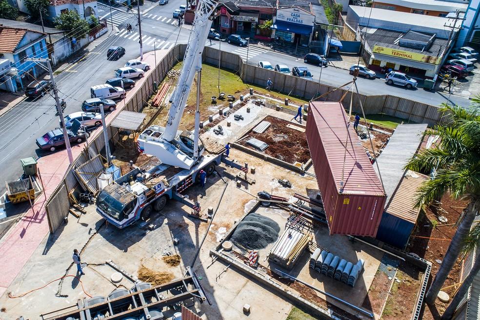 Contêineres foram içados para construção de biblioteca no Centro de Santa Bárbara d'Oeste — Foto: Prefeitura de Santa Bárbara d'Oeste