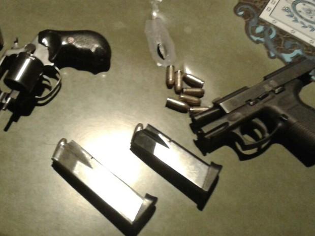 Armas encontradas com os suspeitos após confrontos com a Brigada Militar (Foto: Brigada Militar/Divulgação)