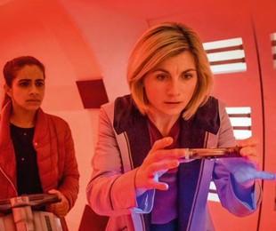 Jodie Whittaker e Mandip Gill em cena de 'Doctor Who' | Reprodução