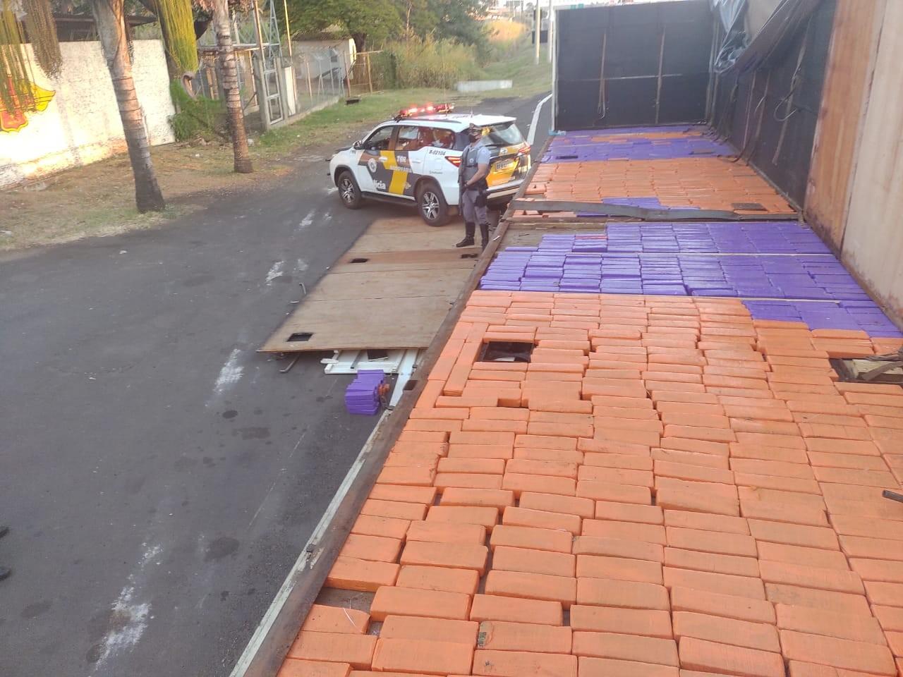 Homem é preso após ser flagrado com tabletes de maconha escondidos em fundo falso de carreta em rodovia de Marília