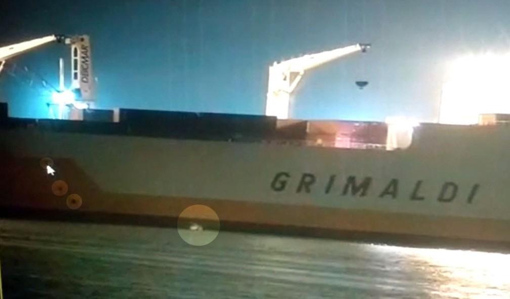 Barco de pequeno porte levou as bolsas com cocaína até o navio no Porto de Santos, SP (Foto: G1 Santos)