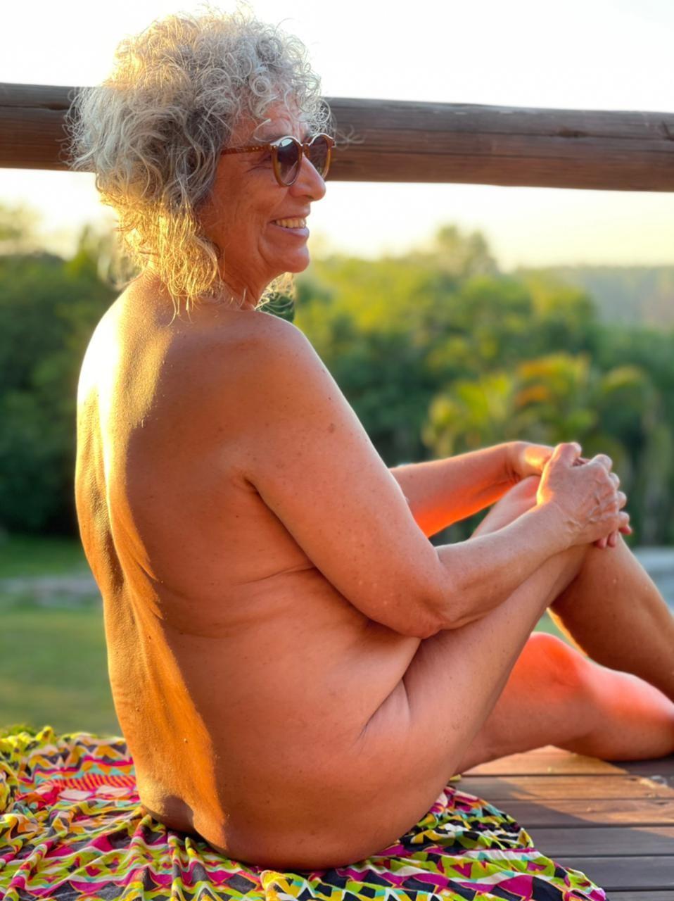 Glacy Moraes Machado tem 70 anos e é praticante de nudismo e sócia de um clube naturista (Foto: Arquivo pessoal)