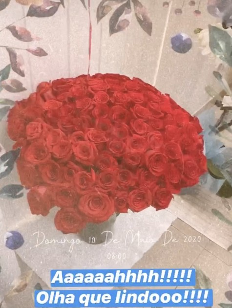 Thais Fersoza mostra flores que ganhou do marido, Michel Teló (Foto: Reprodução)