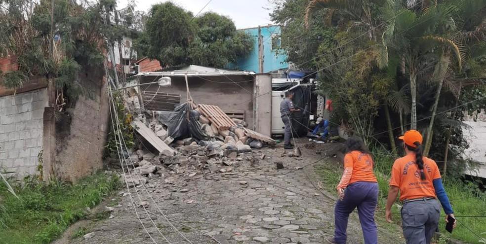 Caminhão desgovernado derruba poste  e muro de casa em São Sebastião — Foto: Divulgação/ Defesa Civil