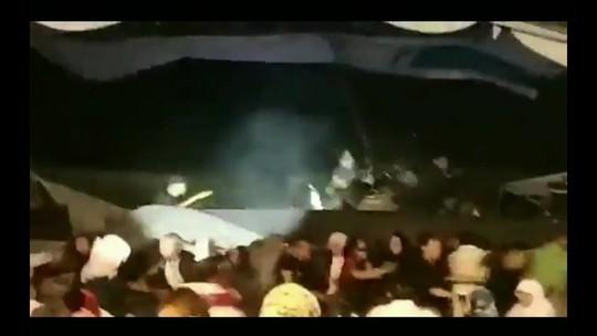 VÍDEO: onda atinge palco e público durante show em praia