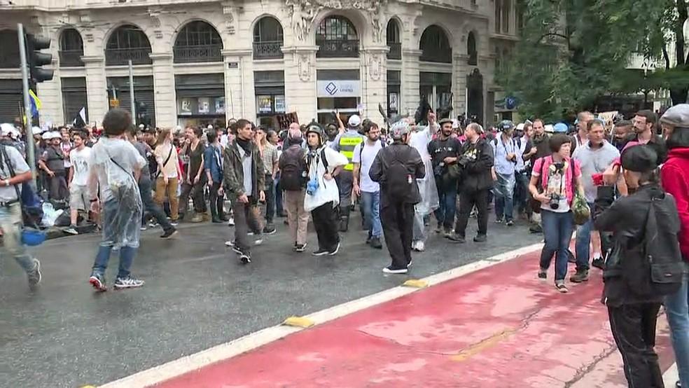 Manifestantes fazem protesto no Centro de São Paulo (Foto: GloboNews/Reprodução)