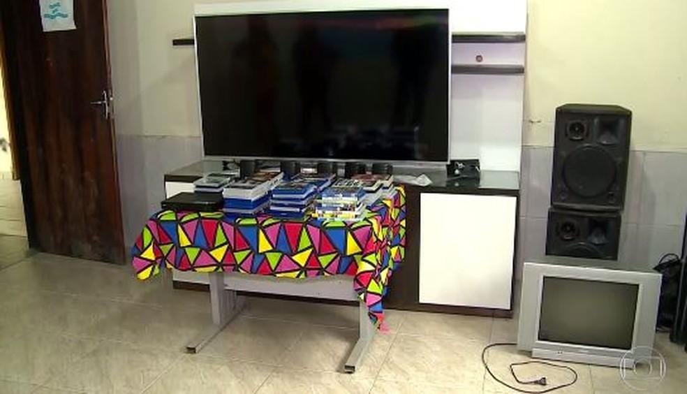 'Sala de Cinema' da cadeia de Sérgio Cabral foi doada para orfanato — Foto: Reprodução