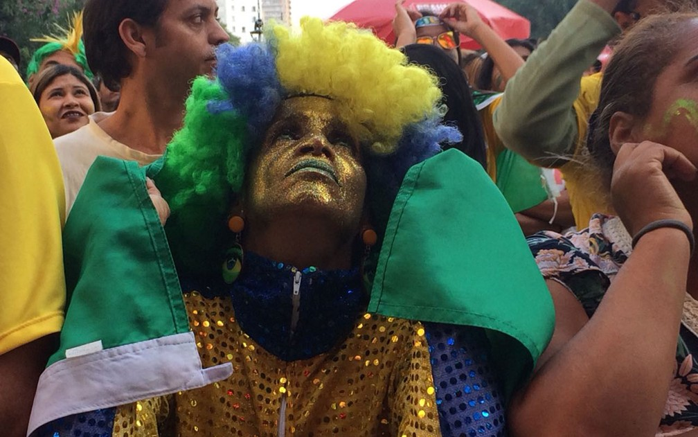 A torcedora Animal levou as lentes especiais para dias de jogos do Brasil (Foto: Bárbara Muniz Vieira/G1)