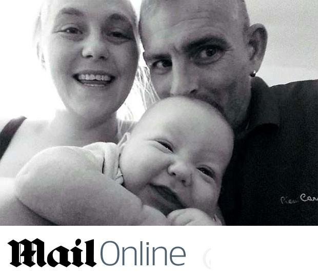 Eleanor, Jason e o pequeno Charlie, que vai completar 1 ano (Foto: Reprodução/ Daily Mail)