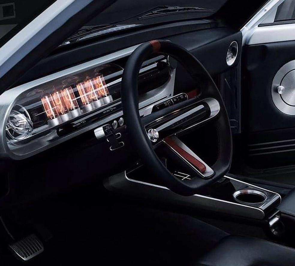 O painel usa as clássicas válvulas para indicar a velocidade do carro — Foto: Divulgação