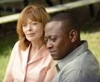 Omar Epps e Frances Fisher em cena de Ressurection | Divulgação