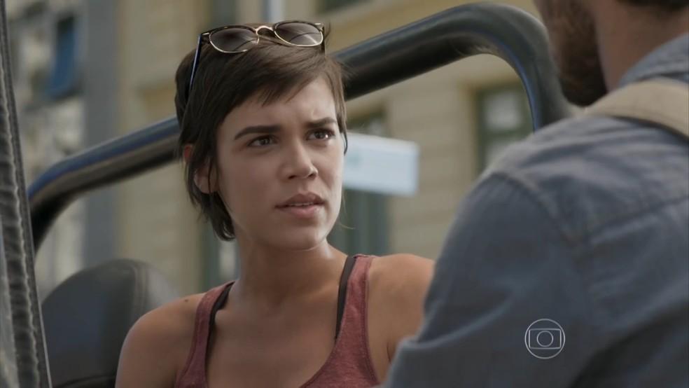 Leila (Carla Salle) não gosta da cena e coloca o boy contra a parede — Foto: TV Globo
