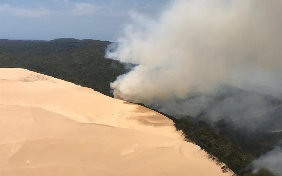 Foto aérea mostra incêndio na ilha australiana de Fraser Island, no dia 30 de novembro. — Foto:  Queensland Fire and Emergency Services via Reuters