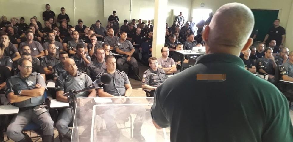 Policiais Militares recebem instruções sobre armas não letais. — Foto: Polícia Militar / Divulgação