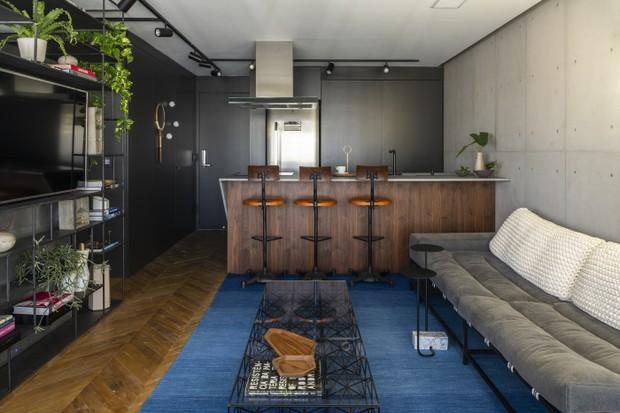 Décor do dia: área social integrada com estilo industrial e piso de madeira (Foto: Romulo Fialdin)