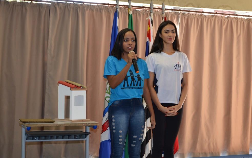 Estudantes de 16 anos, Larissa e Mariana, criaram telha a partir do bagaço da laranja (Foto: E. E. Professor Gabriel Pozzi/Divulgação)