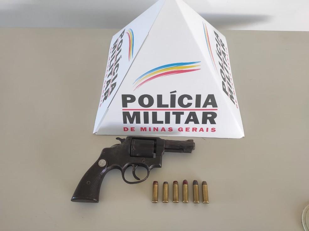 Arma apreendida estava com o adolescente de 17 anos — Foto: Polícia Militar