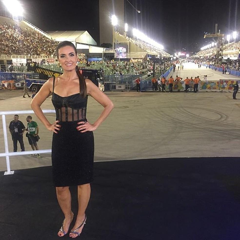 Fátima Bernardes, que comandou a transmissão dos desfiles junto com Alex Escobar, causou com seu look (Foto: Instragram)