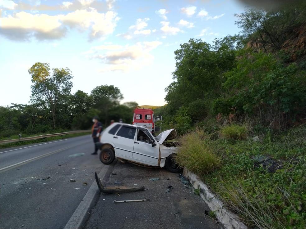 Motorista morre em batida entre carro e ônibus na BR-242, oeste da Bahia — Foto: Foto: Gazeta 5