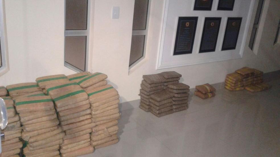 Carga de maconha foi apreendida em caminhão carregado de açaí (Foto: PREF/Divulgação)