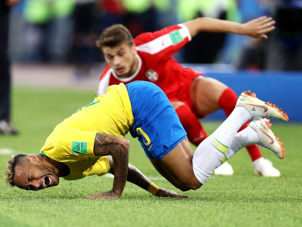 MOSCOW, RUSSIA - June 27: Neymar Jr of Brazil falls down after being fouled during the 2018 FIFA World Cup Russia group E match between Serbia and Brazil at Spartak Stadium on June 27, 2018 in Moscow, Russia. (Photo by Maddie Meyer/Getty Images) (Foto: Getty Images)