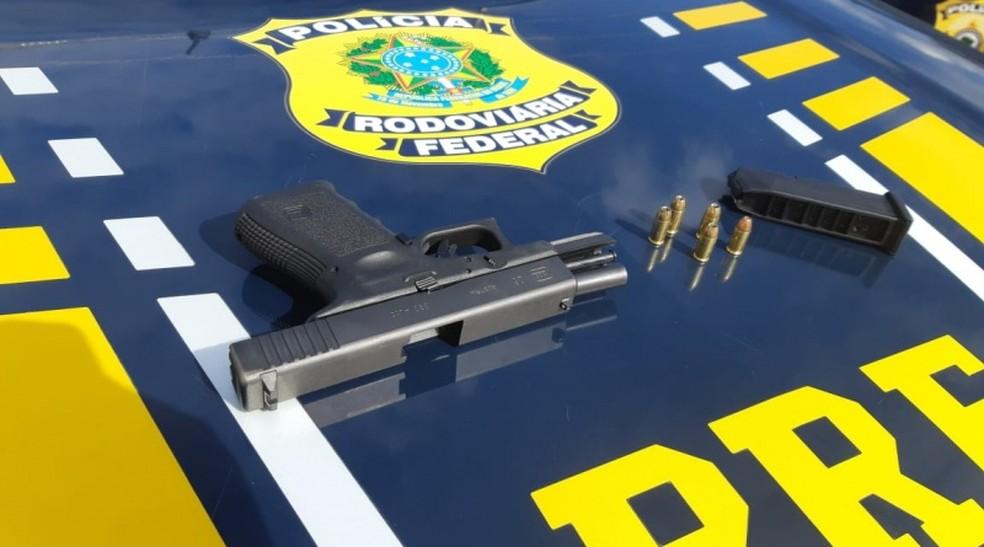 Pistola importada foi apreendida dentro de carro de suspeito sem autorização para posse de arma, em Tianguá — Foto: Reprodução/PRF
