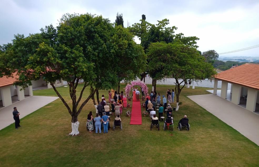 Casamento foi realizado dentro de lar de idosos em Cerquilho — Foto: Lar São José/Divulgação