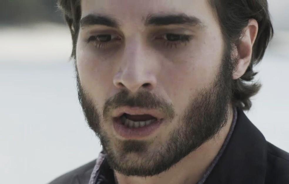 Ruy (Fiuk) atira em Zeca (Marco Pigossi)  em 'A Força do Querer' — Foto: TV Globo