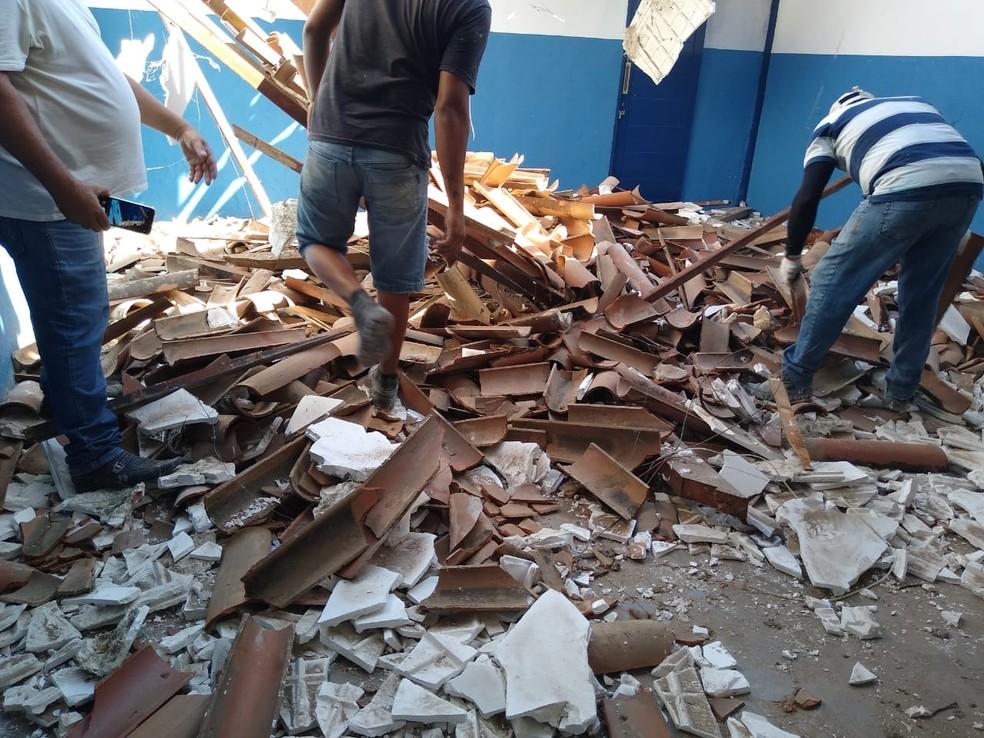 Teto de sala de aula desabou na noite da quarta-feira (20), em Patos, no Sertão da PB — Foto: Ascom Prefeitura de Patos/Divulgação