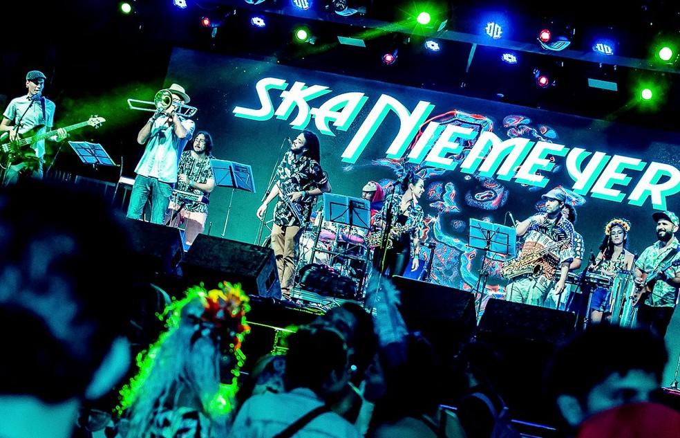 Banda Ska Niemeyer durante show no festival Imagina no Carnaval em 2019 em Brasília — Foto: Shake It/Divulgação