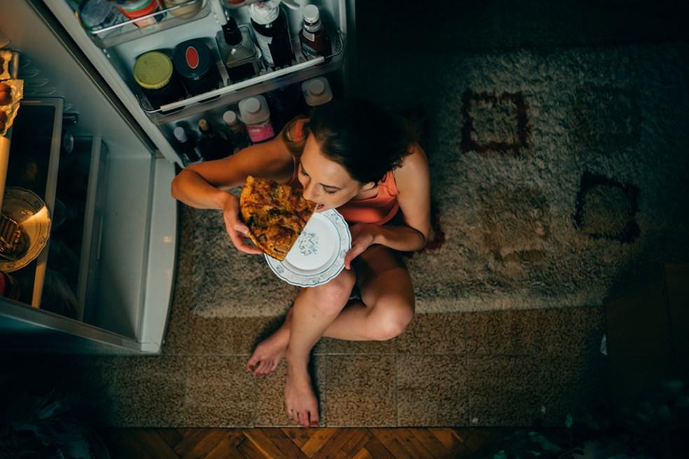 A fome emocional pode ser entendida como a busca pelos alimentos mais prazerosos para aliviar as emoções do cotidiano — Foto: iStock