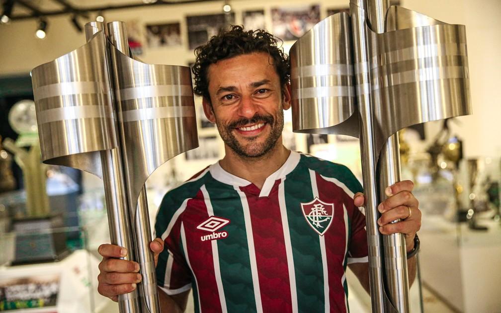 Fred posa com as duas taças dos títulos brasileiros que conquistou pelo Fluminense — Foto: Lucas Merçon / FFC