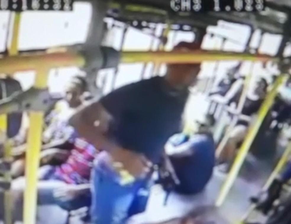 Imagem de  câmera de segurança mostra assalto a ônibus no Recife (Foto: Polícia Civil/Divulgação)