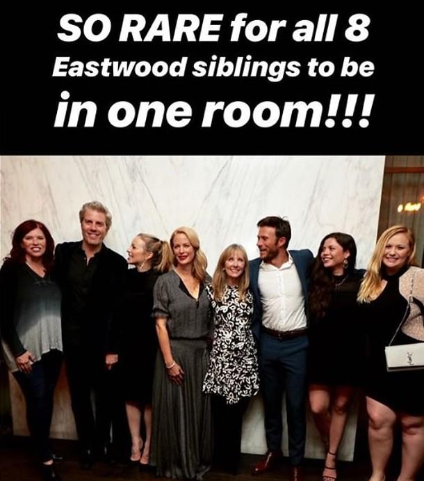 Os oito filhos do ator Clint Eastwood, incluindo Laurie, a primogênita colocada para adoção (no centro da imagem, com um vestido preto e branco) (Foto: Instagram)
