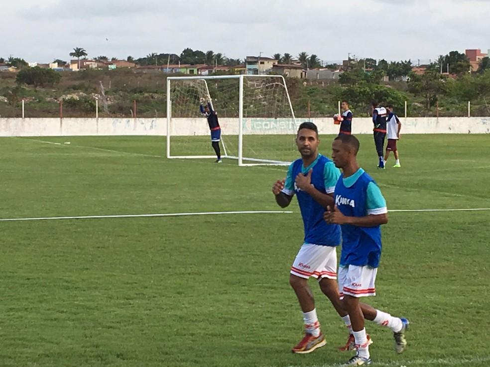 Fabinho Alves e Hiltinho treinam no CT do América-RN — Foto: Leonardo Erys/GloboEsporte.com