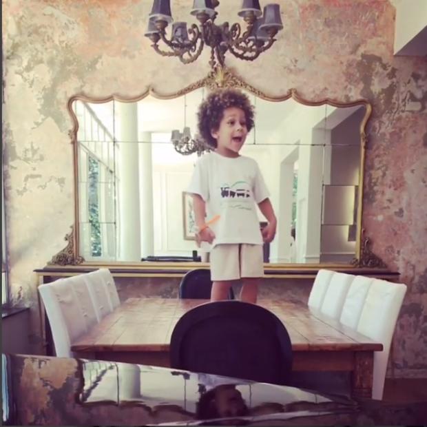 Antônio na sala de jantar (Foto: Instagram / Reprodução)