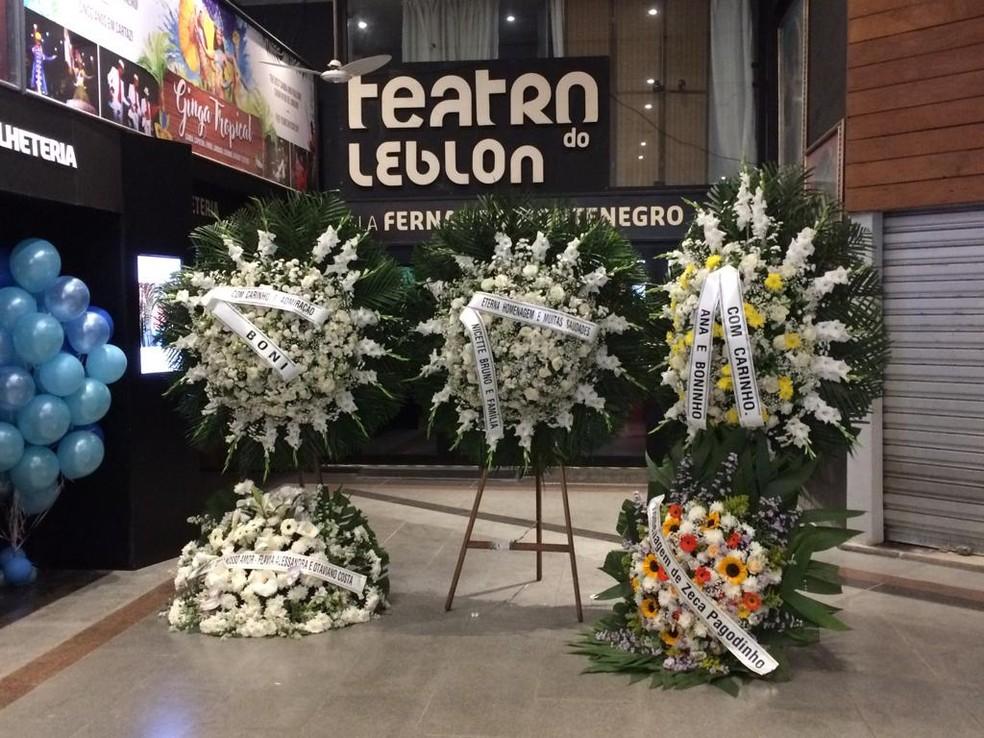 Amigos de Jorge Fernando enviaram coroas de flores — Foto: Raísa Pires / G1