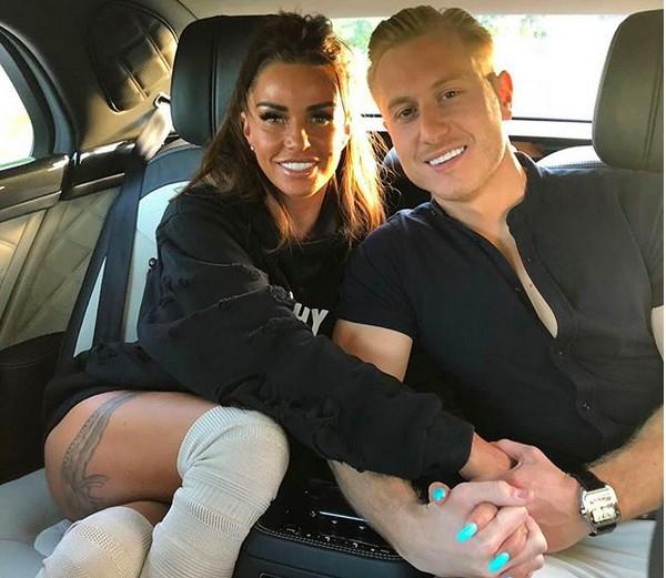 A modelo Katie Price com o namorado e personal trainer Kris Boyson (Foto: Instagram)