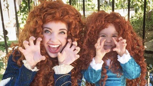Mooney se inspirou em mães e filhas vestidas como princesas que estavam em fila para ver espetáculo da Disney (Foto: Getty Images/BBC)