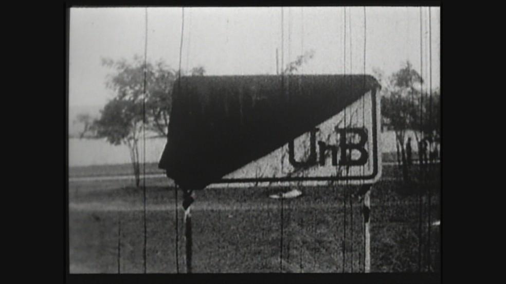 Placa da UnB em 1968 no campus Darcy Ribeiro, Asa Norte (Foto: TV Globo/Acervo)
