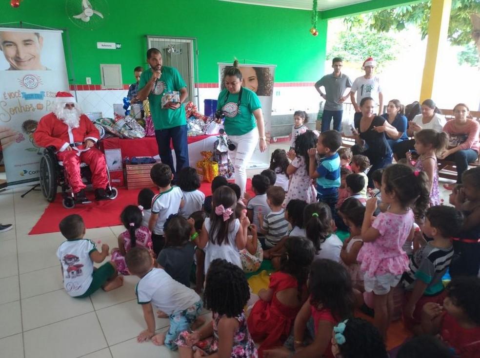 Papai Noel foi fazer a entrega de presentes nesta sexta-feira em uma creche de Rio Branco (Foto: Divulgação/Correios Acre)