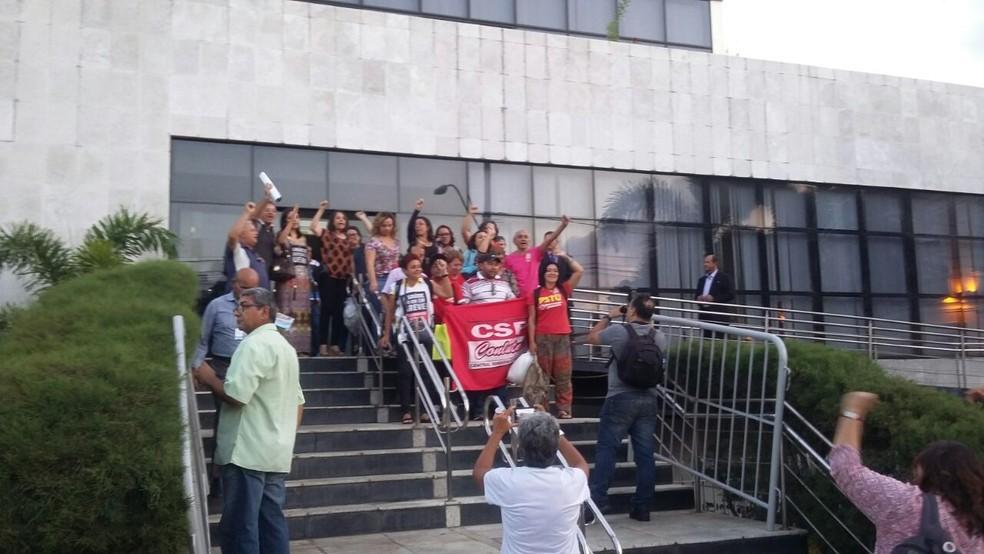 Servidores do Estado do RN desocuparam prédio da Assembleia Legislativa após conseguirem reunião com o governador Robinson Faria (Foto: Sérgio Henrique Santos/Inter TV Cabugi)
