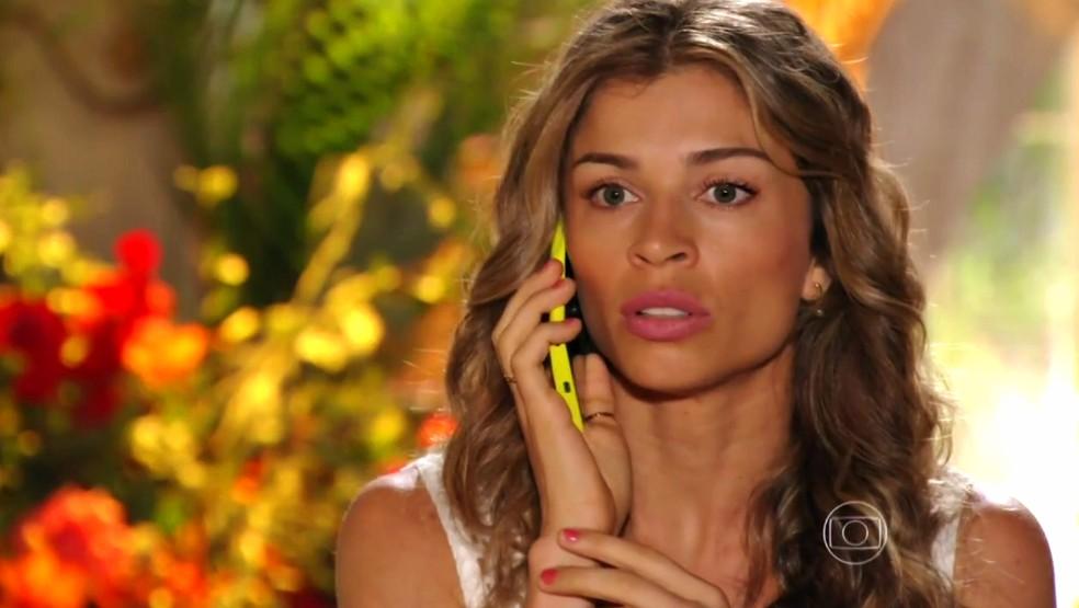 Ester (Grazi Masafera) percebe que Cassiano (Henri Castelli) caiu em uma armadilha - 'Flor do Caribe' — Foto: Globo