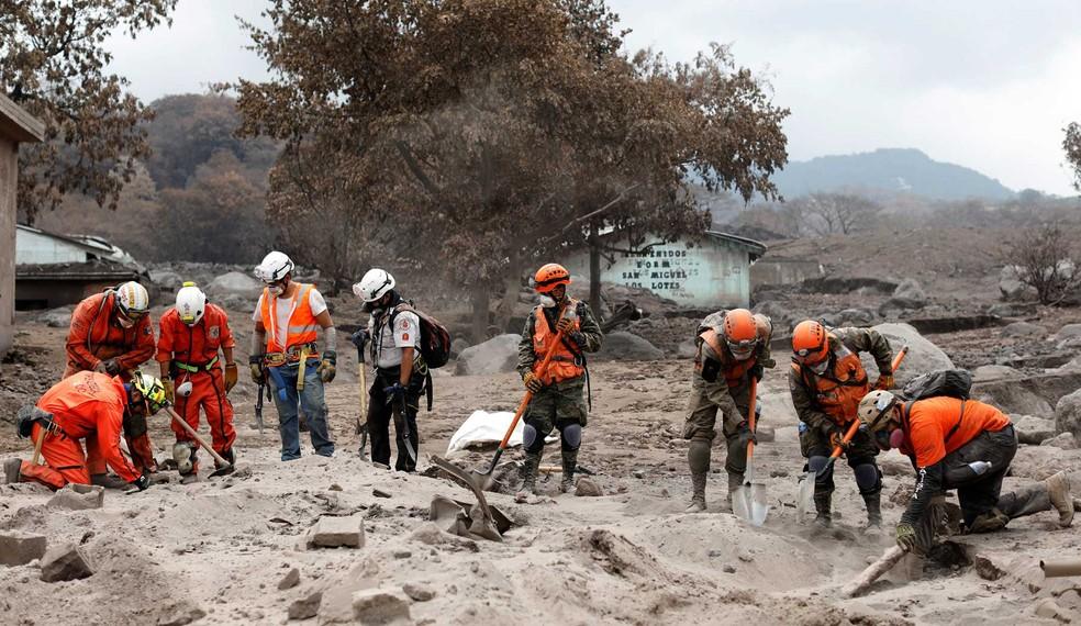 Equipes de resgate procuram por desaparecidos em área afetada pelo Vulcão Fogo (Foto: Carlos Jasso / Reuters)