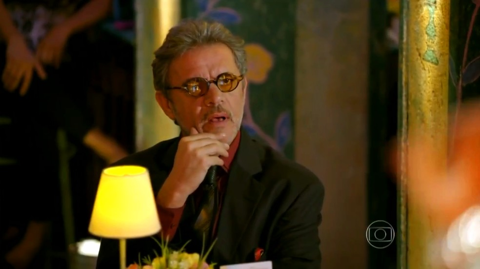 Duque (Jean Pierre Noher) fica chocado ao descobrir que a cantora substituta é Guiomar (Cláudia Netto) - 'Flor do Caribe' — Foto: Globo