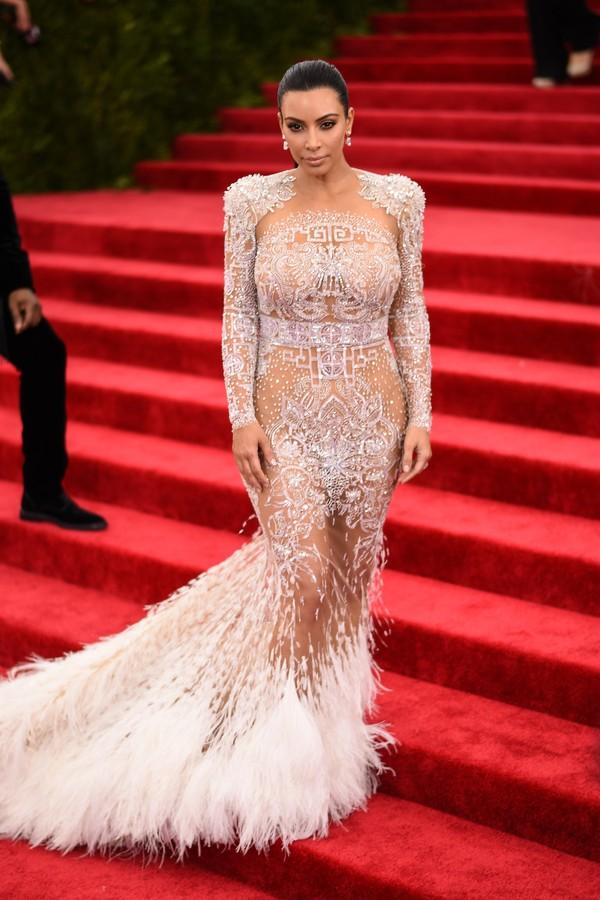 A homenagem de Kim Kardashian a Cher, no Met Gala de 2015. Seu vestido era Givenchy. (Foto: Getty Images)