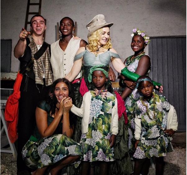 A cantora Madonna cercada pelos seis filhos (Foto: Instagram)