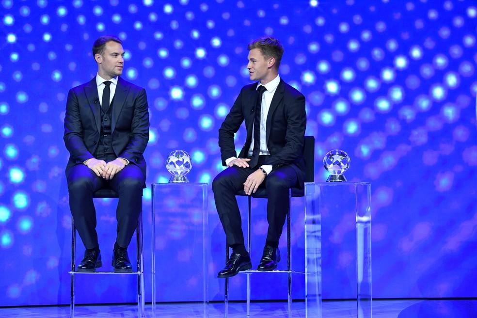 Neuer e Kimmich na premiação dos melhores da Liga dos Campeões 2019/20 — Foto: REUTERS