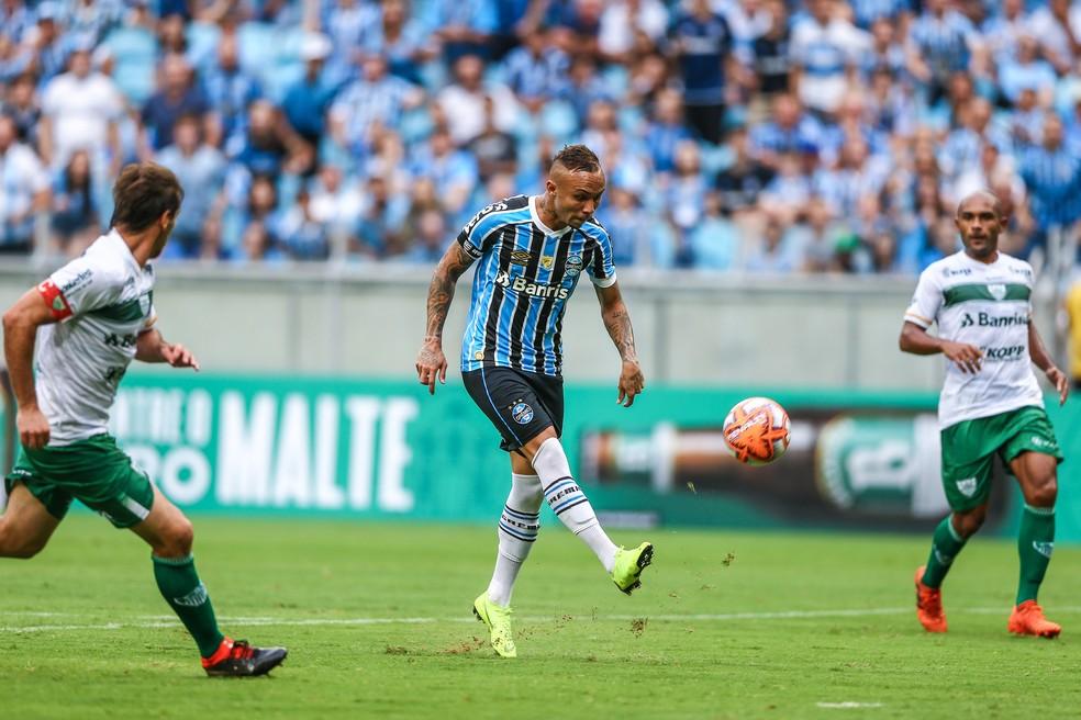 Everton dá cavadinha e marca um dos gols do Grêmio na última partida — Foto: Lucas Uebel/Grêmio