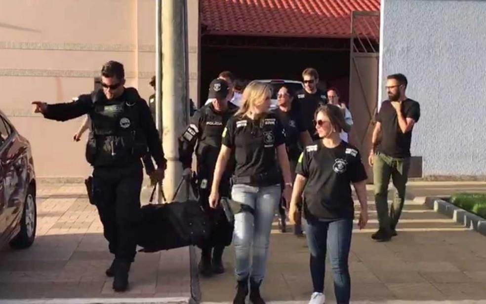 Polícia apreende mala com dinheiro e armas em casa de João de Deus, em Abadiânia, Goiás — Foto: Reprodução/TV Anhanguera